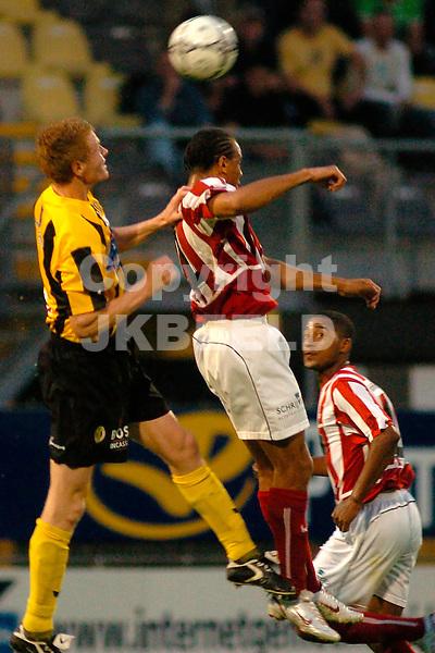 veendam - top oss gouden gids divisie seizoen 2005-2006 19-08-2005 van den broek humphrey wint kopduel van faria
