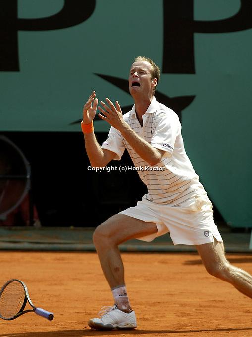 20030606, Paris, Tennis, Roland Garros, Martin Verkerk gaat door de knieen als hij Coria heeft verslagen en plaats zich voor de finale,