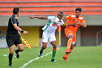 ENVIGADO - COLOMBIA, 23-02-2019: Michael G—mez de Envigado F. C., disputa el bal—n con Miller Mosquera de Patriotas Boyac‡, durante partido entre Envigado F. C. y Patriotas Boyac‡ de la fecha 6 por la Liga çguila I 2019, en el estadio Polideportivo Sur de la ciudad de Envigado. / Michael G—mez of Envigado F. C., fights for the ball with Miller Mosquera of Patriotas Boyaca,  during a match between Envigado F. C. and Patriotas Boyaca of the 6th date for the Leguaje Aguila I 2019 at the Polideportivo Sur stadium in Envigado city. Photo: VizzorImage / Le—n Monsalve / Cont.