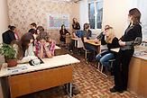 Auch Englischunterricht gehört zum Lehrplan Nichtstaatliche Schule in Belarus in der Nähe von Minsk, deren Schüler und Lehrer lange Wege und Überwachung in Kauf nehmen. / English lessons are part of the curriculum. Privatschool in Belarus near Minsk.