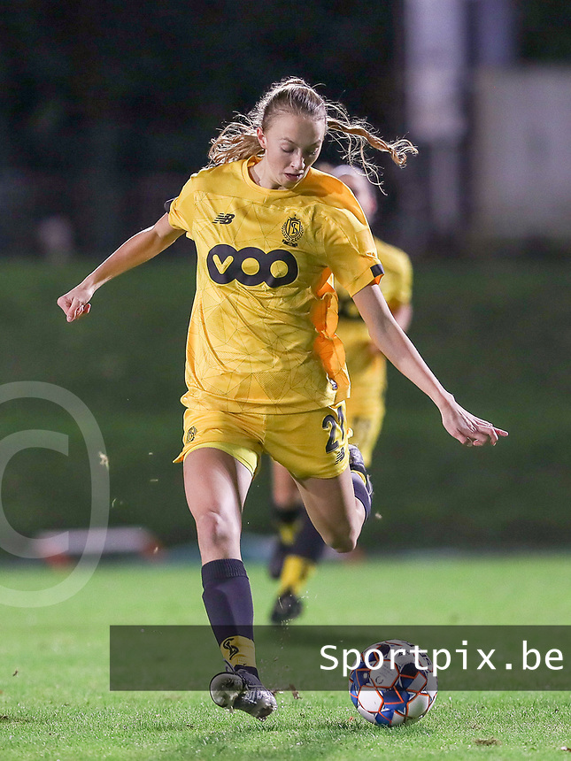 Standard's Lisa Petry (21) in action  during a female soccer game between FC Femina WS Woluwe and Standard Femina de Liege on the fourth match day of the 2020 - 2021 season of Belgian Womens Super League , Friday 8th of October 2020  in Liege , Belgium . PHOTO SPORTPIX.BE | SPP | SEVIL OKTEM