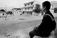 - Villaggio albanese, Queparo (Ceparò, agosto 1993); il marinaio in piazza<br /> <br /> -  Albanian  Village, Queparo (Ceparò, August 1993); sailor in the square