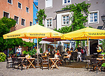 Deutschland, Bayern, Rosenheimer Land, Wasserburg am Inn: Cafe-Terrasse der Wasserburger Backstube Deliano am Marktplatz | Germany, Bavaria, Rosenheimer Land, Wasserburg am Inn: café-terrace on market square