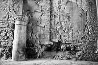 Benevento - Casa di San Gennaro. Casa che per tradizione si vuole luogo di nascita di San Gennaro. Particolare della strada posta sotto l'Arco di San Gennaro.