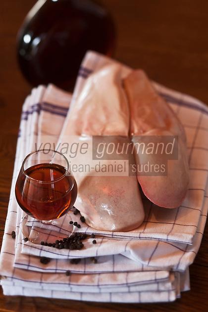 Europe/France/Midi-Pyrénées/32/Gers/Seysses-Savès: Foie gras de canard et armagnac lors d'un stage de cuisine du canard gras au  Moulin d'Encor - Chambre d'Hôte, Table d'Hôte