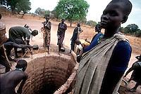 Rumbek / South Sudan.<br /> Tra i Dinka della regione del Bahr El Ghazal, pastori che vivono in lotta con la tribu di agricoltori Nuer. Nella foto i membri di un villaggio intorno ad uno dei rari pozzi. La mancanza di acqua, indispensabile per la vita di persone e animali è spesso motivo di tensioni tra i vari gruppi etnici. <br /> Among the Dinka of Bahr El Ghazal region, shepherds living in struggle with the Nuer tribe of farmers. In the picture the members of a village around one of the few wells. The lack of water, which is essential for the life of people and animals is often a cause of tensions between the various ethnic groups.<br /> Photo Livio Senigalliesi