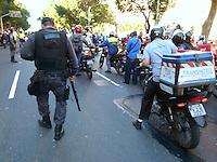 RIO DE JANEIRO, RJ, 03 AGOSTO 2012 - MOTOBOYS PROTESTO - Centenas de motoboys promoveram um protesto na manhã desta sexta-feira (3), que tumultuou o tráfego para quem vai para o Centro do Rio. Por volta das 7h50, o grupo deixou a Praça da Bandeira e seguiu em direção a Avenida Presidente Vargas, no Centro. Os motociclistas protestam contra as novas regras de segurança criadas pelo Conselho Nacional de Trânsito, como o uso de coletes e capacetes com dispositivos retrorrefletivos, proteção para motor e pernas, além de aparador de linha, conhecido como antena corta-pipa. (FOTO: RONALDO BRANDAO / BRAZIL PHOTO PRESS).