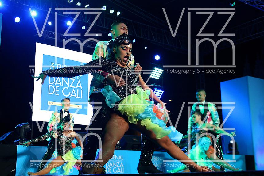 CALI -COLOMBIA-31-10-2017. Grupos de danza durante su presentación en la inauguración de la 3a Bienal Internacional de Danza Cali 2017 que se raliza en la ciudad  de Cali, Colombia entre en 31 de octubre y el 6 de noviembre de 2017.  El lanzamiento se hizo en el Boulevard del Rio de Cali. / Groups of dance during their presentation at the launch of 3rd International Dance Biennial Cali 2017 that takes place in the city of Cali, Colombia between October 31 and November 6, 2017. Tha launch was madde at Boulevard del Río in Cali.  Photo: VizzorImage / Juan C. Quintero / Cont