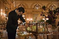 Europe/Monaco/Monte Carlo: Service au restaurant: Louis XV / Alain Ducasse à l'Hôtel de Paris - Service Chariot de Fromages [Non destiné à un usage publicitaire - Not intended for an advertising use]
