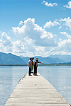 Deutschland, Bayern, Oberbayern, Chiemgau, bei Chieming: der Chiemsee mit den Chiemgauer Alpen | Germany, Bavaria, Upper Bavaria, Chiemgau, near Chieming: lake Chiemsee with Chiemgau Alps