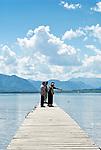 Deutschland, Bayern, Oberbayern, Chiemgau, bei Chieming: der Chiemsee mit den Chiemgauer Alpen | Germany, Bavaria, Upper Bavaria, Chiemgau, near Chieming: lake Chiemsee with Chiemgau Alps