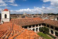 Cuba, Blick vom alten Hospital an Plaza San Juan de Dios  in Camagüey, Unesco-Weltkulturerbe