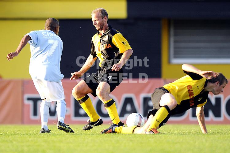 voetbalbv veendam - moluks team benefietwedstrijd 18-08-2009 gerard wiekens met chris manapaty.