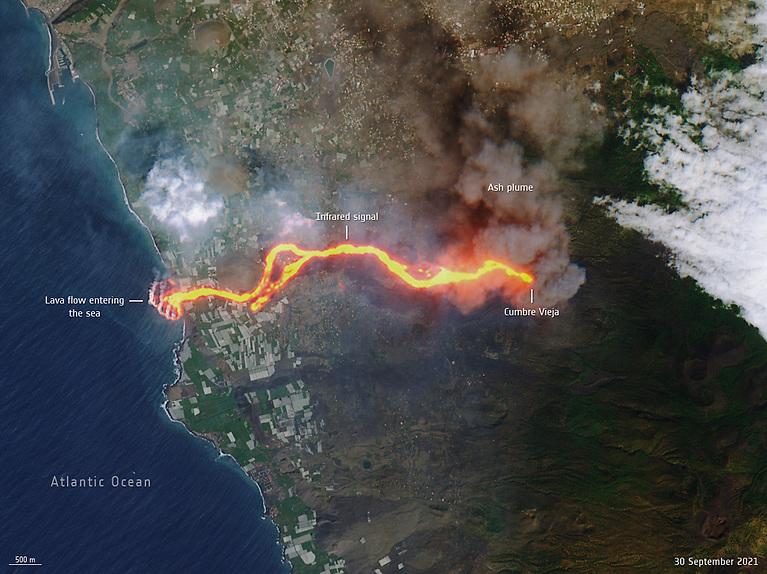 La Palma lava flows into the sea