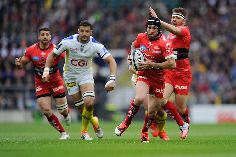 Matt Giteau of RC Toulon finds space in mid-field