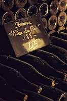 Europe/France/Bourgogne/21/Côte d'Or/Nuits Saint Georges: Les caves de la maison Charles Vienot - Détail de vieilles bouteilles AOC Beaune