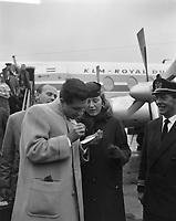 Gilbert Becaud signe un autographe pour une fan, a l'aeroport de Shipol,le  2 novembre 1961