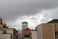 SAO PAULO, 10 DE DEZEMBRO 2011 - CLIMA TEMPO - Vista do céu nublado na região do Terminal Parque Dom Pedro, no centro de São Paulo, na manhã deste sábado. durante a manhã deste sábado (10). FOTO: VANESSA CARVALHO - NEWS FREE.