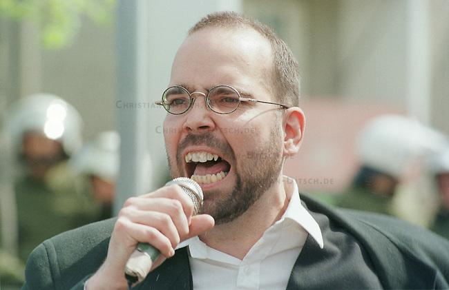 Neben den Aktivitaeten der Friedensbewegung gehen auch Neonazis gegen die Nato-Angiffe auf ex-Jugoslawien auf die Straße. Alledings weniger aus pazifistischen Gruenden, sondern aus nationalistischen - fuer ein unabhaengiges Deutschland.<br /> Hier: Im brandenburgischen Neuruppin demonstrierte die NPD mit knapp hundert Teilnehmern. Der Berliner NPD-Fuehrer Andreas Storr bei seiner Rede waehrend einer Kundgebung.<br /> 24.4.1999, Neuruppin<br /> Copyright: Christian-Ditsch.de<br /> [Inhaltsveraendernde Manipulation des Fotos nur nach ausdruecklicher Genehmigung des Fotografen. Vereinbarungen ueber Abtretung von Persoenlichkeitsrechten/Model Release der abgebildeten Person/Personen liegen nicht vor. NO MODEL RELEASE! Nur fuer Redaktionelle Zwecke. Don't publish without copyright Christian-Ditsch.de, Veroeffentlichung nur mit Fotografennennung, sowie gegen Honorar, MwSt. und Beleg. Konto: I N G - D i B a, IBAN DE58500105175400192269, BIC INGDDEFFXXX, Kontakt: post@christian-ditsch.de<br /> Bei der Bearbeitung der Dateiinformationen darf die Urheberkennzeichnung in den EXIF- und  IPTC-Daten nicht entfernt werden, diese sind in digitalen Medien nach §95c UrhG rechtlich geschützt. Der Urhebervermerk wird gemaess §13 UrhG verlangt.]
