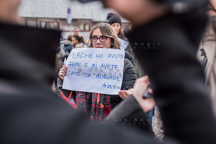 Como, 23 dicembre 2017. Manifestazione contro l'ordinanza del sindaco che vieta di dare cibo e beni di conforto ai senza tetto della città