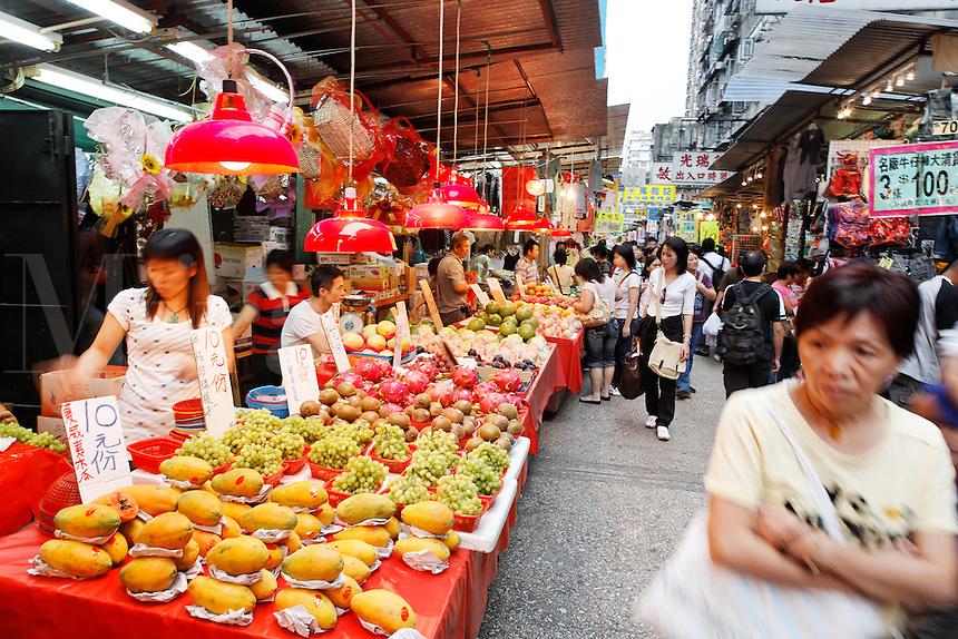 Vendors selling fresh fruit in Ladies Market, Mong Kok, Kowloon, Hong Kong SAR, People's Repbulic of China, Asia