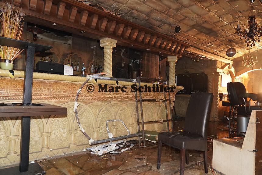 Von den Löscharbeiten beschädigter Gastraum, in dem die Decke heruntergeholt werden musste - Büttelborn 17.03.2021: Brand in der Shisha-Bar Miami