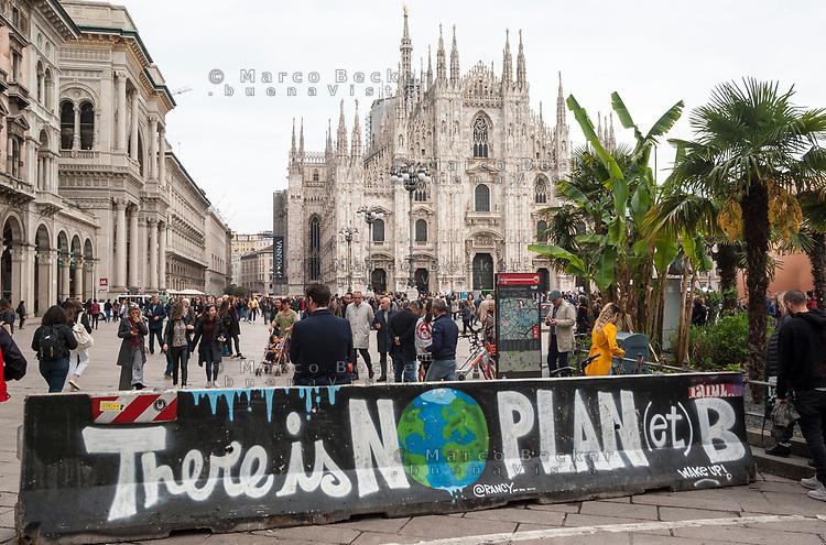 """Milano, piazza Duomo. Barriera new jersey di prevenzione anti terrorismo con il graffito: """"Non c'è un pianeta B"""" --- Milan, Duomo square. Anti terrorism jersey barrier with graffiti writing: """"There is no planet B"""""""