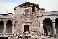 - terremoto in Irpinia (novembre 1980), la chiesa parrocchiale di Lioni danneggiata <br /> <br /> - earthquake in Irpinia (November 1980), the damaged parish church of Lioni