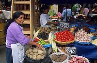 Amérique/Amérique du Sud/Pérou/Lima : Marché de Surquillo - Marchande de légumes (tomates, maïs, Patates douces et oignons)