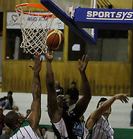 MANIZALES-COLOMBIA. 19-03-2013. Castaño Londoño de Academia de la Montaña trata de ganar el rebote ante dos jugadores del Once Caldas durante partido de la fecha 11 de la Liga Direct TV de baloncesto Profesional de Colombia 2013./ Castaño Londoño of Academia de la Montaña tries to win the rebound over two players of Once Caldas during the game of the date 11 of Colombian Professional basketball League DirecTV 2013. Photo: VizzorImage/JJ Bonilla/STR