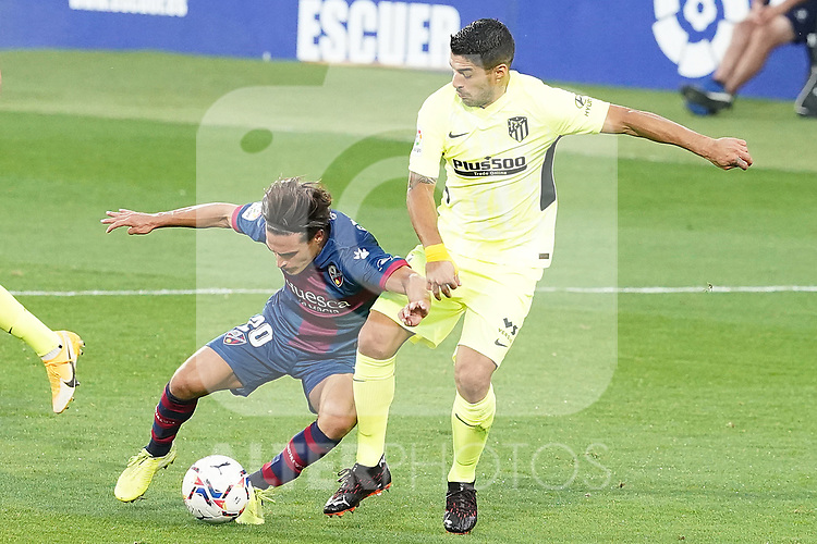 SD Huesca's Jaime Seoane (l) and Atletico de Madrid's Luis Suarez during La Liga match. September 30,2020. (ALTERPHOTOS/Acero)