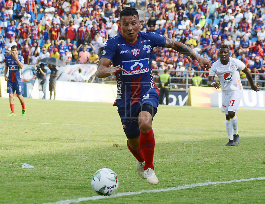 SANTA MARTA- COLOMBIA, 18-04-2019: Luis Carlos Arias jugador del Unión Magdalena  disputa el balón con el América de Cali durante partido por fecha 16 de la Liga Águila I 2019 jugado en el estadio Sierra Nevada de la ciudad de Santa Marta. / Luis Carlos Arias player of Union Magdalena   fights for the ball with America of Cali   during match for the date 16 as part of the  Aguila League  I 2019 played at the Sierra Nevada Stadium in Santa Marta  city. Photo: VizzorImage / Gustavo Pacheco / Contribuidor