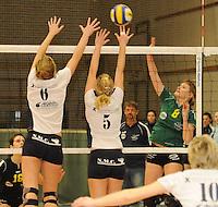 Optima Lendelede - Hermes Oostende ..Marjon Willaert (rechts) probeert de bal over het blok van Fien Maes (links) en Sofie Desmet (midden) te plaatsen...foto VDB / BART VANDENBROUCKE