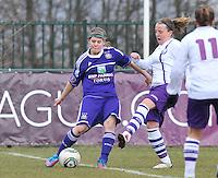 RSC Anderlecht Dames - Beerschot : Laura Deloose aan de bal voor Lucinda Michez.foto DAVID CATRY / Vrouwenteam.be