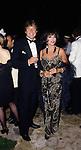 JOAN COLLINS E BILL WIGGINS<br /> FESTA VICTOR DANENZA - VILLA ARAUCARIA- CANNES 1988