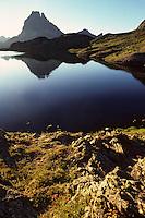 Europe/France/Aquitaine/64/Pyrénées-Atlantiques/Parc National des Pyrénées: Le pic du Midi-d'Ossau et le lac d'Ayous à l'aube