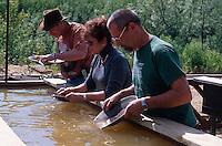 USA, Alaska, Touristen beim Goldwaschen in der Goldmine Golddredge Nr. 8 bei Fairbanks