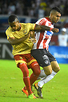 BARRANQUILLA - COLOMBIA - 15 - 11 - 2017: German Gutierrez (Der.) jugador de Atletico Junior disputa el balón con Fabian Viafara (Izq.) jugador de Rionegro Aguilas durante partido de la fecha 18 entre Atletico Junior y Rionegro Aguilas por la Liga Aguila II - 2017, jugado en el estadio Metropolitano Roberto Melendez de la ciudad de Barranquilla. / German Gutierrez (R) player of Atletico Junior vies for the ball with Fabian Viafara (L) player of Rionegro Aguilas during a match of the date 18th between Atletico Junior and Rionegro Aguilas for the Liga Aguila II - 2017 at the Metropolitano Roberto Melendez Stadium in Barranquilla city, Photo: VizzorImage  / Alfonso Cervantes / Cont.