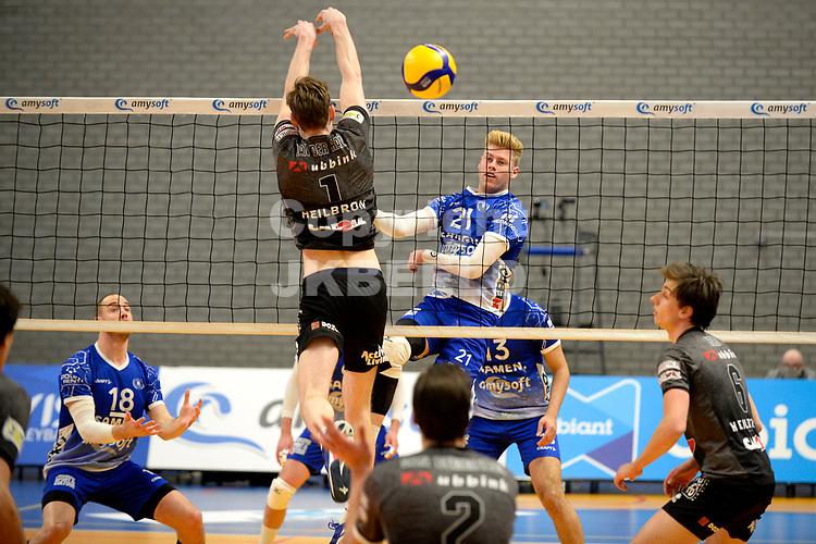 06-03-2021: Volleybal: Amysoft Lycurgus v Active Living Orion: Groningen Lycurgus speler Bennie Tuinstra slaat de bal lans Orion speler Jannes van der Ham