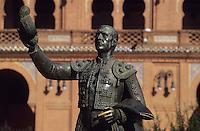 Europe/Espagne/Castille/Madrid : Les arènes (construites en 1929 dans le style néo-mudéjar) Plaza de Toros de Las Ventas - Statue du toréadore