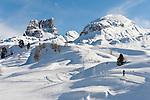 Italy, Veneto, Province Belluno, ski run at Passo di Falzarego with prominent Monte Averau mountain (left) | Italien, Venetien, Provinz Belluno, Skipiste am Falzaregopass, mit dem markanten Monte Averau (links)