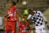 TUNJA -COLOMBIA, 28-05-2016. Kevin Rendon (Izq) jugador de Patriotas FC disputa el balón con Carlos Diaz (Der) jugador de Boyacá Chicó FC durante partido por la fecha 20 de la Liga Águila I 2016 realizado en el estadio La Independencia en Tunja./ Kevin Rendon (L) player of Patriotas FC fights for the ball with Carlos Diaz (R) player of Boyaca Chico FC during match for the date 20 of Aguila League I 2016 at La Independencia stadium in Tunja. Photo: VizzorImage/César Melgarejo/Cont