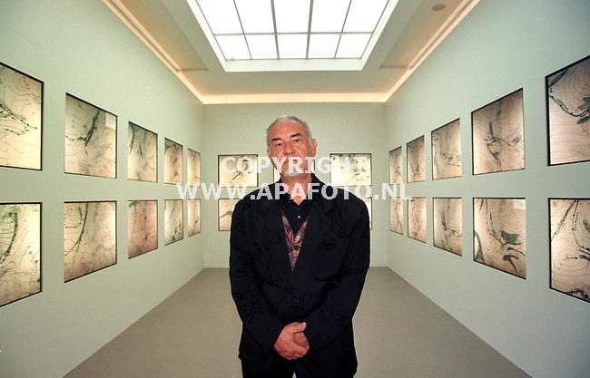 Otterlo,10-05-99  Foto:Koos Groenewold <br />Dhr Boezem bij een expositie van zijn werk in het Kroller Muller museum in Otterlo.