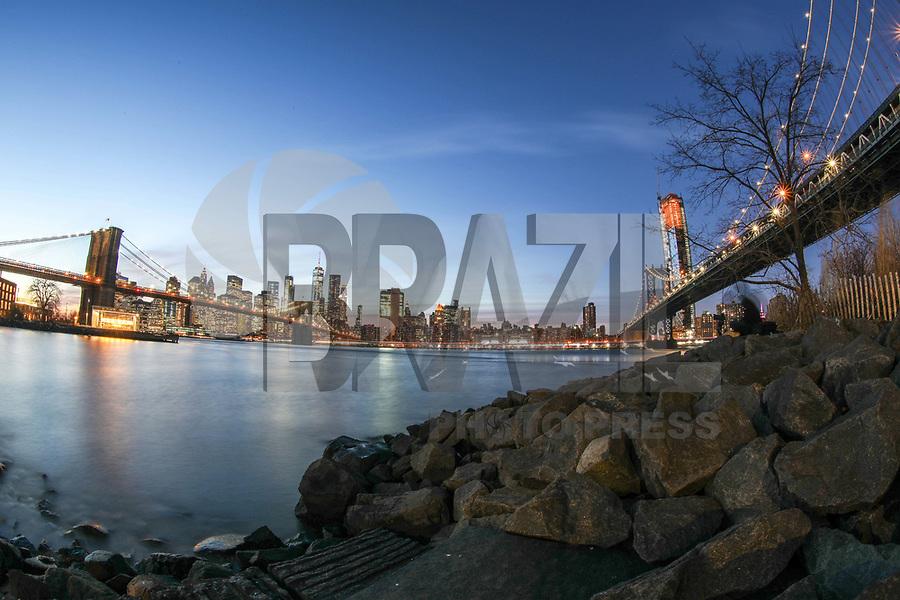 NEW YORK, EUA, 12.02.2018 - EUA-TURISMO - Vista da ilha de Manhattan a partir do Brooklyn na cidade de New York na noite desta segunda-feira, 12. (Foto: William Volcov/Brazil Photo Press)