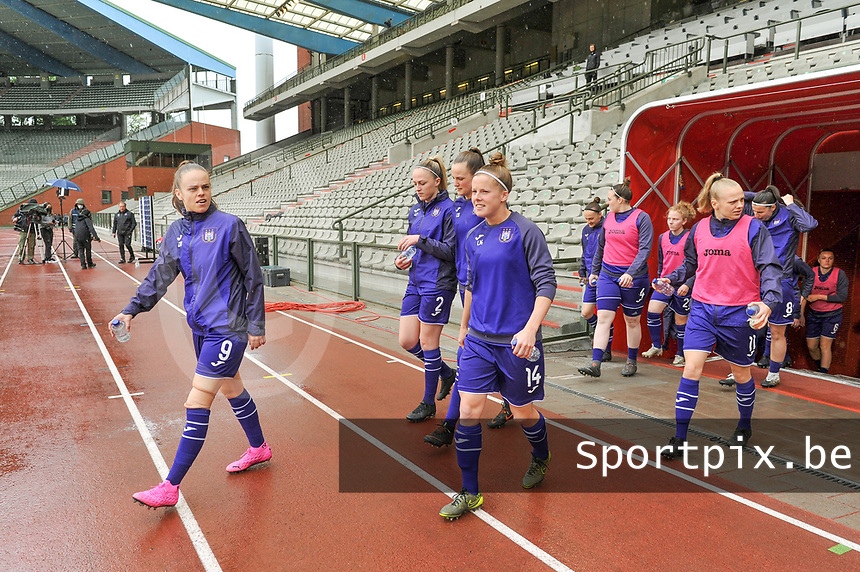 players Anderlecht entering the field before a female soccer game before RSC Anderlecht Dames and Oud Heverlee Leuven on the seventh matchday of play off 1 of the 2020 - 2021 season of Belgian Womens Super League , saturday 15 th of May 2021  in Brussels , Belgium . PHOTO SPORTPIX.BE | SPP | STIJN AUDOOREN