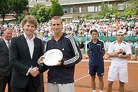 13-7-08, Scheveningen, ITS, Tennis Siemens Open 2008,  Thiemo de Bakker ontvangt de aanmoedigingsprijs uit handen van Sander Dekker sportwethouder van Den Haag, op de achtergrond de winnaar Jesse Huta Galung en de finalist Diego Hartfield