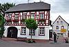 Rathaus am Rathausplatz von Uelversheim mit dem Denkmal für den Wingertsschütz