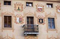 Europe/Italie/Vénétie/Dolomites/Cortina d'Ampezzo: Façade traditionnelle surle Corso  Italia , la Maison des Régles d' Ampezzo qui abrite les musées de la ville dans l'ancien hotel de ville ,dont les blasons représentent les différents quartiers de la ville