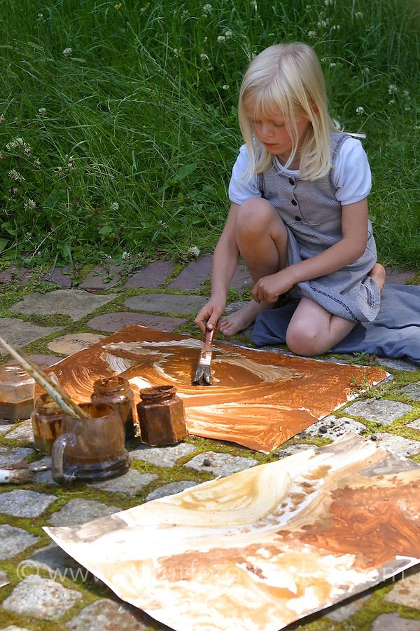 Kinder malen mit selbstangemischten Erdfarben, Farbe aus verschiedenfarbiger Erde, Kinder malen mit der Farbe aus Erde, Kleister und Wasser Bilder im Garten