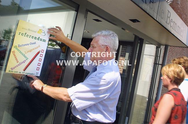 Bemmel, 150801<br />Burgermeester Persoon plakt een kieslijst op.<br />Behorende bij artikel van Renske van de Berg.<br />Foto: Sjef Prins / APA Foto